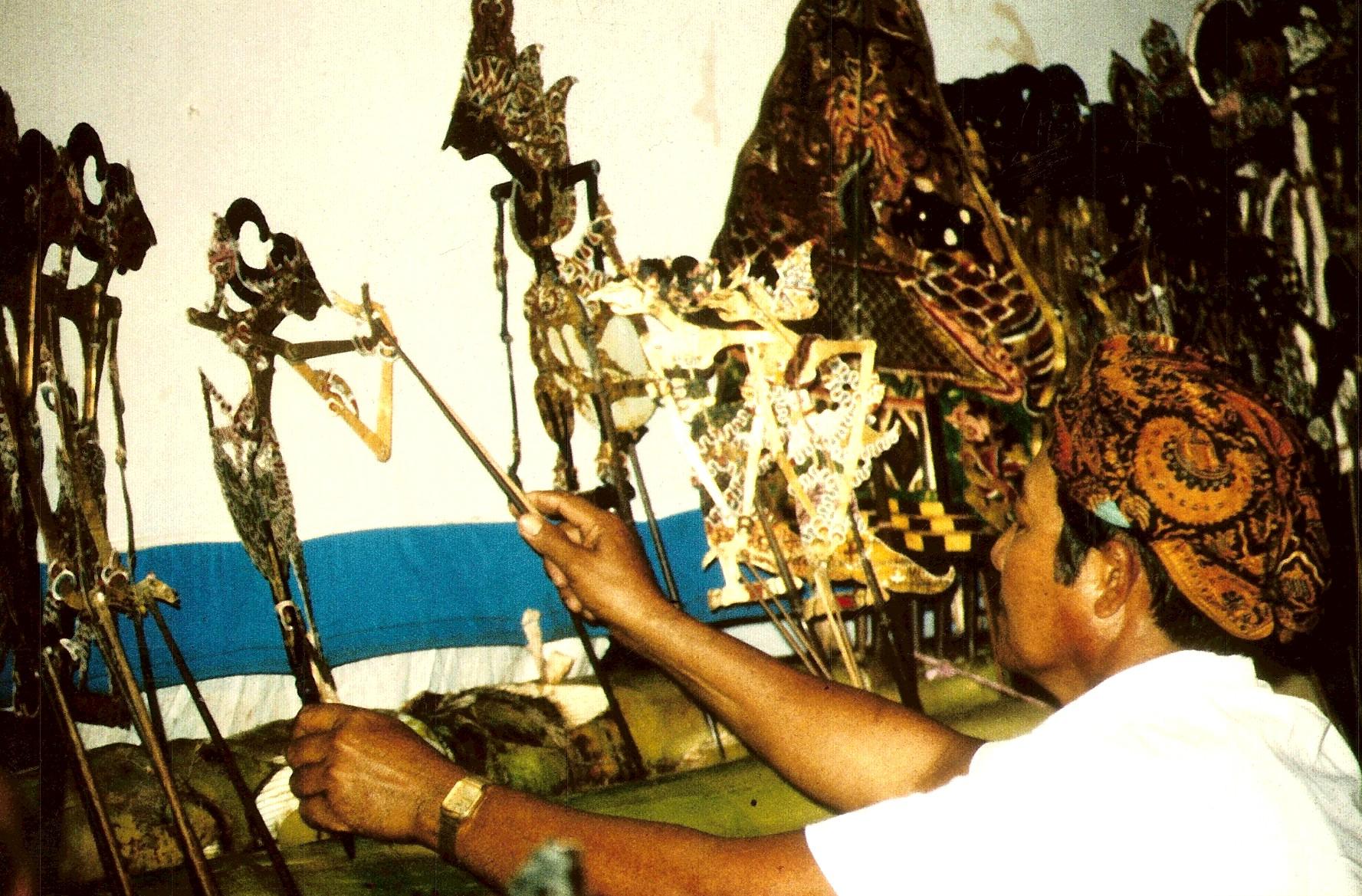 Indonesian shadow puppet indonesian traditional culture - Artesania de indonesia ...